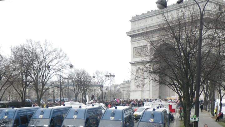 Foule derrière les gendarmes
