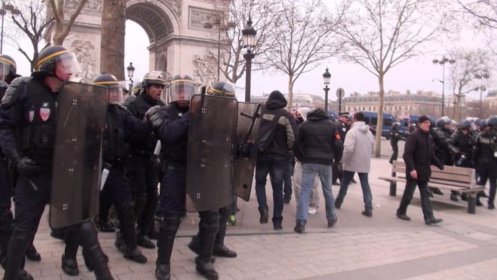 Policiers déguisés en casseur fuyant sous la protection des CRS