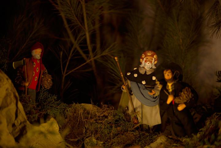 Crèche provençale: Pèlerins en route vers la crèche
